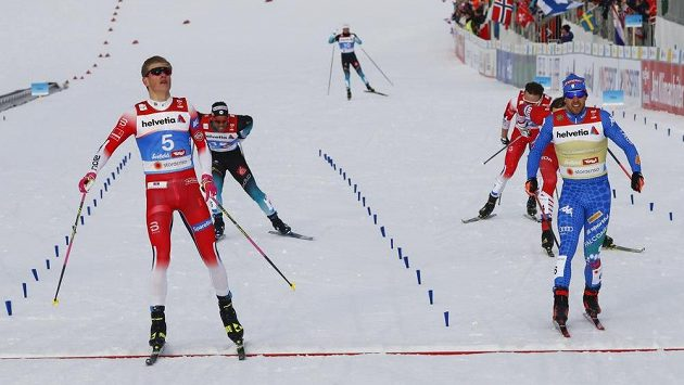 Vítězný Nor Johannes Hoseflot Klaebo (vlevo) a Ital Federico Pellegrino v cíli sprintu (ilustrační foto)