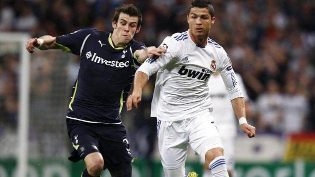 Gareth Bale (vlevo) se už brzy stane spoluhráčem Cristiana Ronalda.