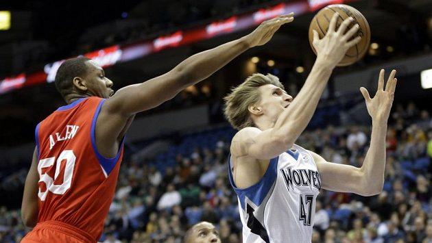 Ruský basketbalista Kirilenko (vpravo) uniká před Allenem z Philadelphie.