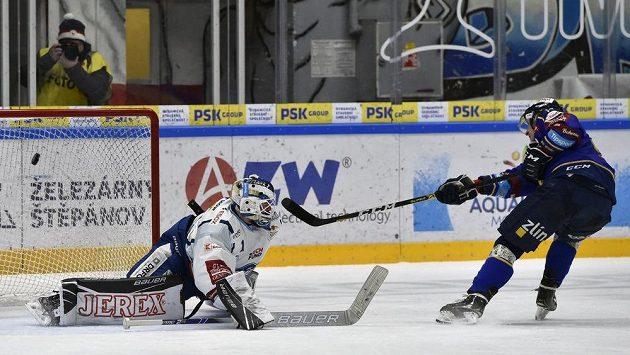 Brankář Brna Marek Čiliak inkasuje rozhodující gól v nájezdech od Davida Noska ze Zlína.