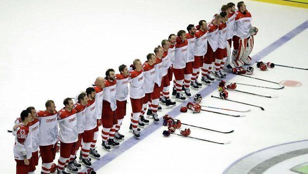 Dánští hrdinové při hymně po vítězství nad Finskem.