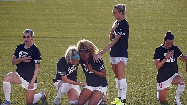 Casey Short (uprostřed) neudržela slzy