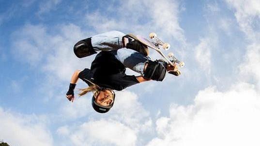 Britská skateboardistka Sky Brownová skáče na rampě.