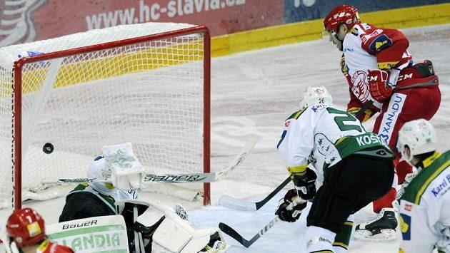 Jaroslav Kalla ze Slavie (vpravo vzadu) střílí gól brankáři Karlových Varů Lukáši Mensatorovi.