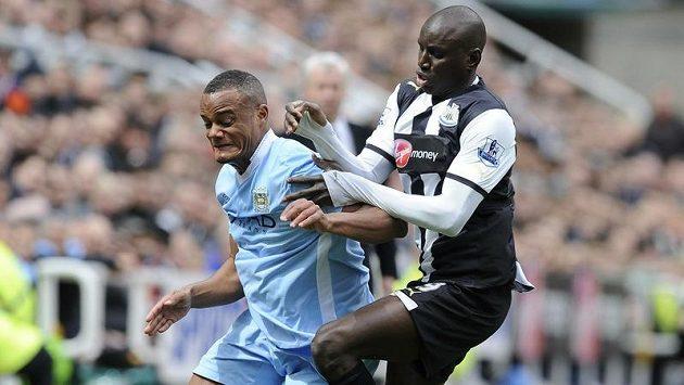 Vincent Kompany z Manchesteru City (vlevo) v souboji s Dembou Ba z Newcastlu.