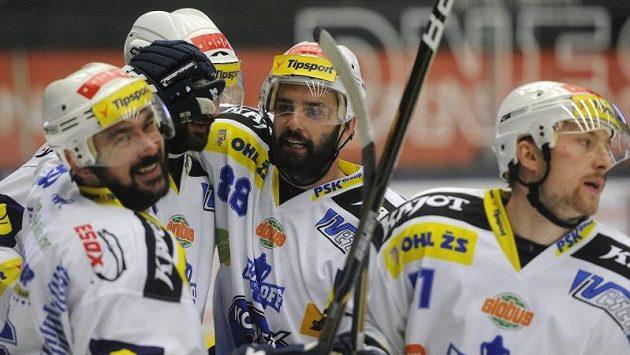 Brněnští hokejisté oslavují postup do finále extraligy po vyřazení Plzně.