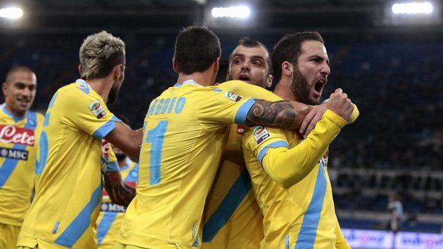 Fotbalisté Neapole se radují z branky, kterou vstřelil Higuaín (vpravo).