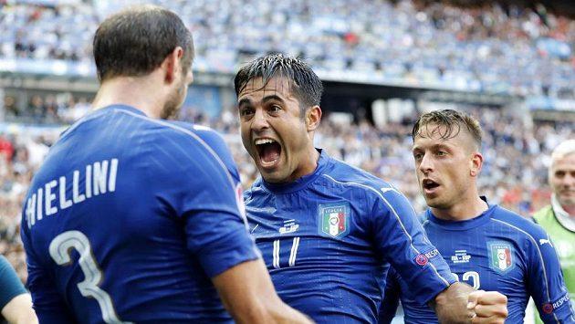 Italský střelec Giorgio Chiellini (vlevo) se raduje se spoluhráčem Éderem z gólu proti Španělsku.