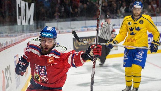 Český útočník Lukáš Kašpar oslavuje gól proti Švédsku..