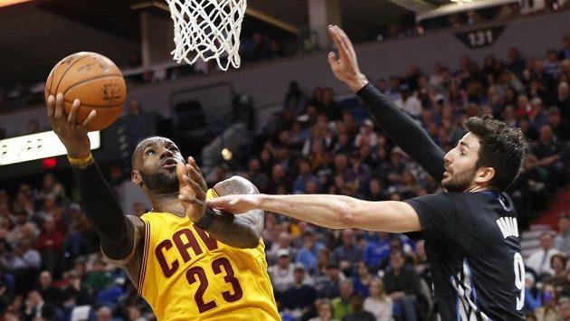 LeBronu Jamesovi z Clevelandu brání v zakončení Španěl Ricky Rubio z Minnesoty.