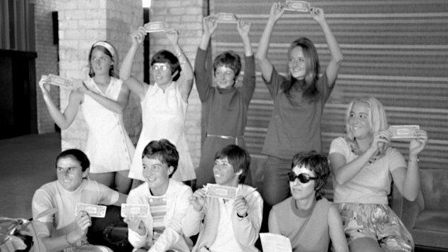"""Slavná fotografie, která odstartovala revoluci v ženském tenise. """"Original 9"""", neboli (zleva) Valerie Ziegenfussová, Billie Jean Kingová, Nancy Richeyová, Peaches Bartkowiczová a sedící Judy Daltonová, Kerry Melvilleová, Rosie Casalsová, promotérka Gladys Heldmanová a Kristy Pigeonová."""