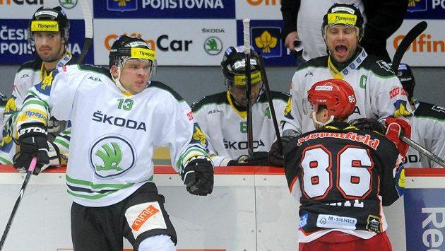 Marek Trončinský (13) z Mladé Boleslavi a královéhradecký Tomáš Mertl, na kterého ze střídačky pokřikuje boleslavský kapitán David Výborný.