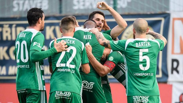 Fotbalisté Bohemians oslavují gól vstřelený Opavě.