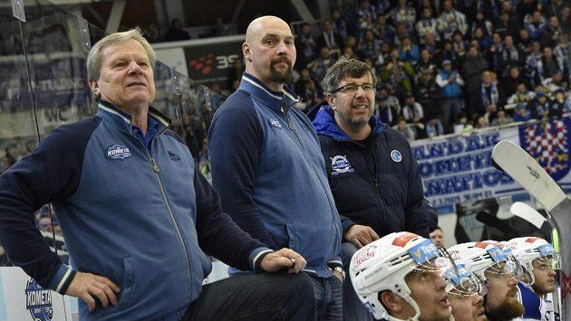 Libor Zábranský uprostřed, vlevo pak vedoucí týmu Komety Ota Železný a asistent Kamil Pokorný sledují závěr utkání s Chomutovem.