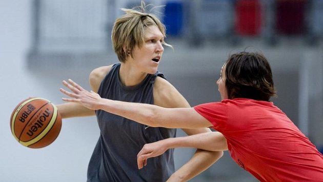 Jana Veselá (vlevo) a Tereza Pecková na tréninku českých basketbalových reprezentantek před mistrovstvím světa v Turecku.