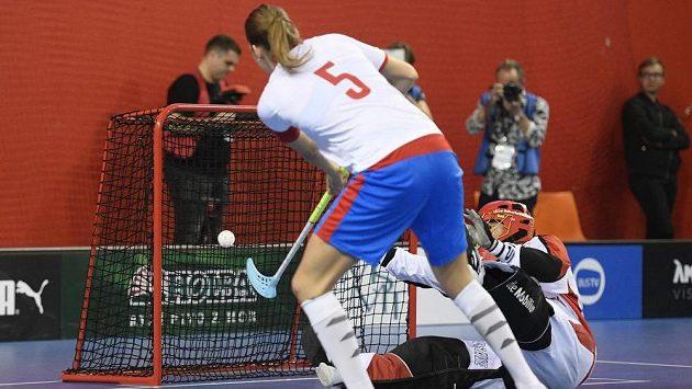 Česká florbalistka Eliška Krupnová střílí rozhodující gól série samostatných nájezdů. Vpravo je brankářka Švýcarska Monika Schmidová.