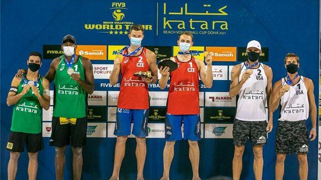 Ondřej Perušič slaví po vítězství na čtyřhvězdičkovém turnaji v Dauhá s parťákem Davidem Schweinerem.