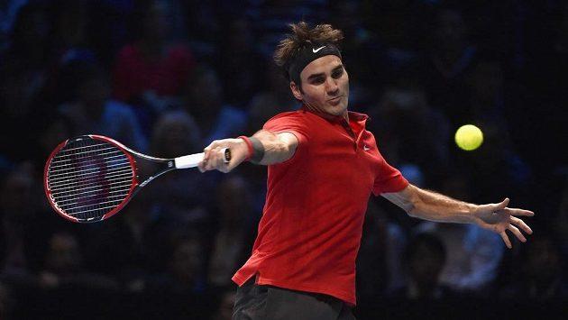Švýcarský tenista Roger Federer během zápasu s Andym Murraym z Velké Británie.