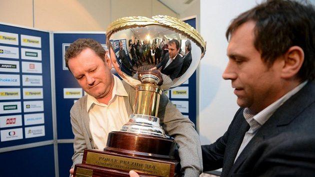 Ředitel extraligy Josef Řezníček (vpravo) předává prezidentovi klubu PSG Zlín Miroslavu Adámkovi pohár pro vítěze základní části.