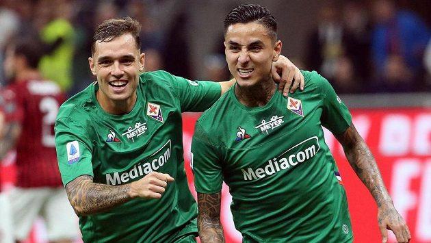 Erick Pulgar (vpravo) z Fiorentiny oslavuje se spoluhráčem Polem Lirolou gól v síti AC Milán.