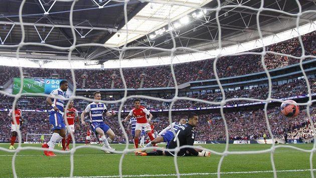 Alexis Sánchez z Arsenalu dává první gól v semifinále FA Cupu s Readingem.