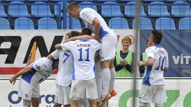 Hráči Baníku se v utkání s Duklou radují z gólu.