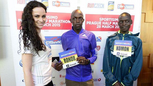 Keňští favorité pražského půlmaratónu Geoffrey Ronoh a Leonard Komon s modelkou a účastnicí štafety Terezou Skoumalovou.