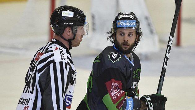 Čárový rozhodčí Ondřej Polák a vyloučený kapitán Mladé Boleslavi Jan Hanzlík, bývalý hráč Brna.