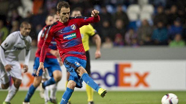 Tomáš Hořava z Viktorie Plzeň kope penaltu proti Astře Giurgiu, který proměnil až napodruhé.