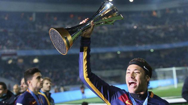 Brazilec Neymar juchá s pohárem pro vítěze MS klubů.