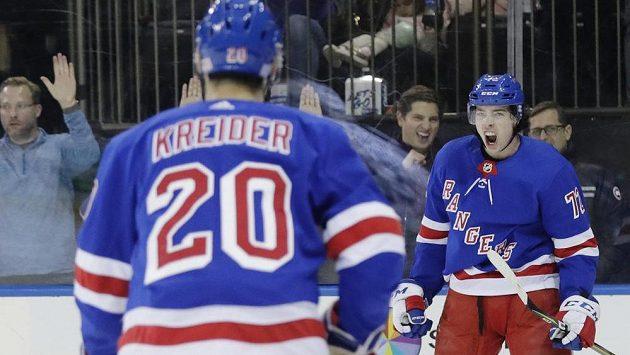 Filip Chytil (vpravo) se v zápase s Vancouverem raduje z prvního gólu v NHL v této sezoně. Na snímku s ním je spoluhráč z NY Rangers Chris Kreider (20).