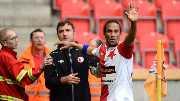 Kdepak do nemocnice! Slávista Fernando Neves po ošetření utkání s Jabloncem dohrál.