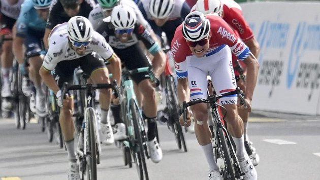 Nizozemský cyklista Mathieu van der Poel (vpravo) při dojezdu 3. etapy závodu Kolem Švýcarska.