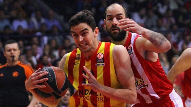 Tomáše Satoranského z Barcelony (vlevo) bráná Vassilis Spanoulis z Olympiakosu Pireus.
