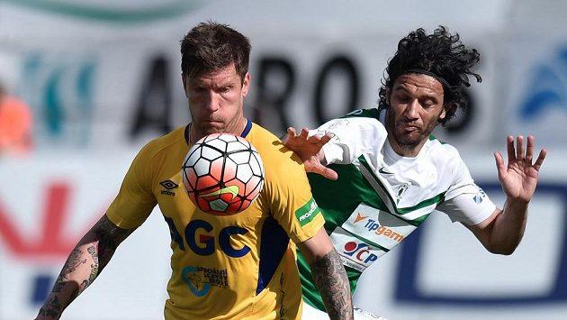 Martin Fillo z Teplic (vlevo) si kryje míč před Danielem Rossim z Jablonce.