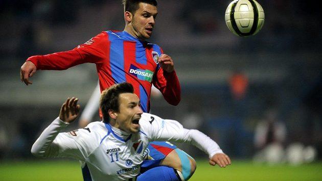 Michal Ďuriš z Plzně (nahoře) bojuje s Jaroslavem Starým z Ostravy.