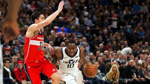 Basketbalista Utahu Jazz Alec Burks v souboji s Tomášem Satoranským z Washingtonu Wizards.