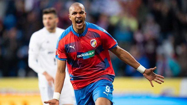 Útočník Viktorie Plzeň Jean-David Beauguel oslavuje gól na 2:1 během utkání s Baníkem.