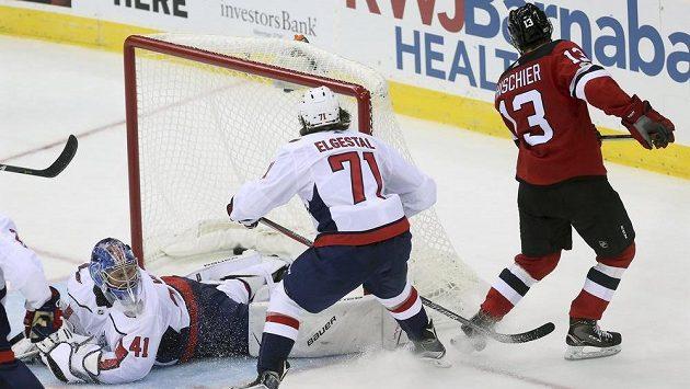 Nico Hischier (z New Jersey Devils překonává Vítka Vaněčka v brance Washingtonu.