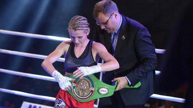 Boxerka Fabiana Bytyqi (na snímku) obhájila pás juniorské mistryně světa WBC v mini muší váhové kategorii. Bulharka Teodora Bačevová duel po 7. kole vzdala.
