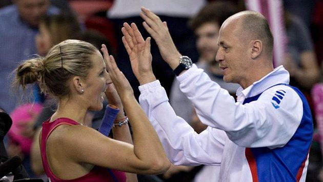Česká tenistka Karolína Plíšková se raduje s kapitánem fedcupové reprezentace Petrem Pálou z výhry v úvodním utkání proti Kanadě.