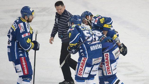 Spoluhráči odvážejí z ledu otřeseného brněnského obránce Jana Hanzlíka (druhý zprava).