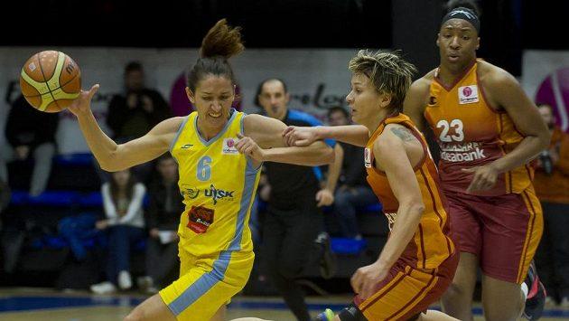 Zleva Laia Palauová z USK Praha a Isil Albenová a Kelsey Boneová z Galatasaray Istanbul.