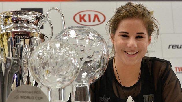 Ester Ledecká se sbírkou trofejí v letošní sezóně.