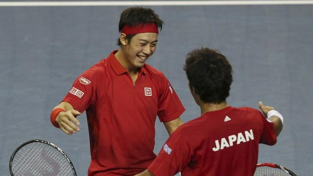 Japonští tenisté Kei Nišikori (vlevo) a Jasutaka Učijama oslavují důležitý bod ze čtyřhry v 1. kole Davis Cupu proti Kanadě.