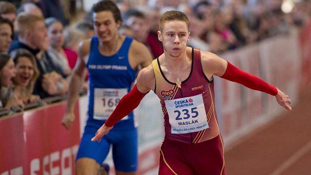 Pavel Maslák (vpravo) z pražské Dukly vyhrál na halovém MČR závod na 200 metrů časem 20,57 vteřin.