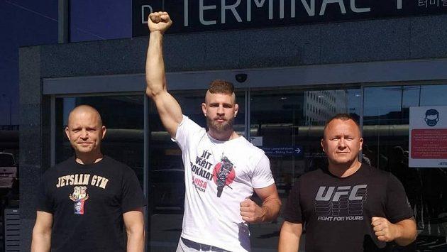 Jiří Procházka s trenéry Martinem Karaivanovem (vlevo) a Jaroslavem Hovězákem.