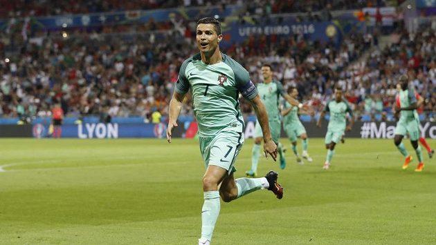 Portugalec Cristiano Ronaldo se raduje z gólu proti Walesu.