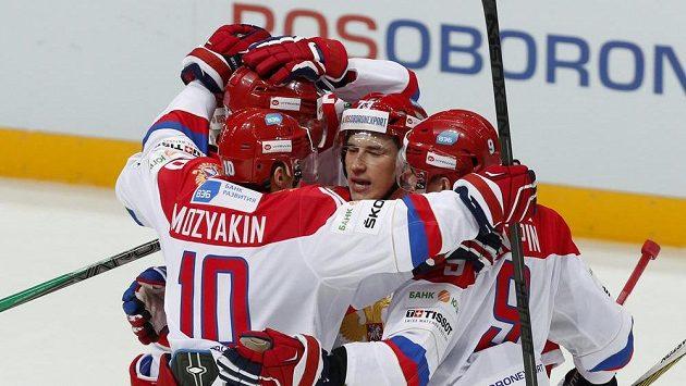 Ruští hokejisté se radují z jedné z branek proti Finsku.