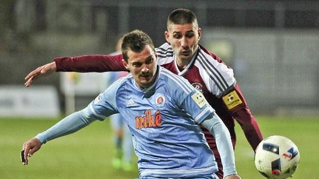 František Kubík (vpředu v dresu bratislavského Slovanu) má velké problémy...